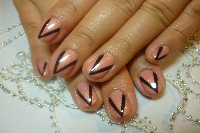 2014ネイルデザイン サーモンピンクのワンカラーネイル ブラックライン個性派ネイル