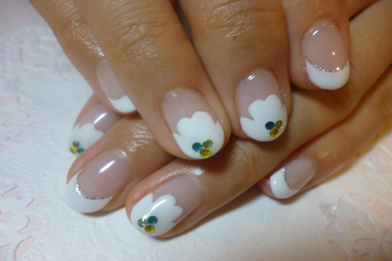 2014ネイルデザイン レトロなお花フレンチネイル 白フレンチネイル