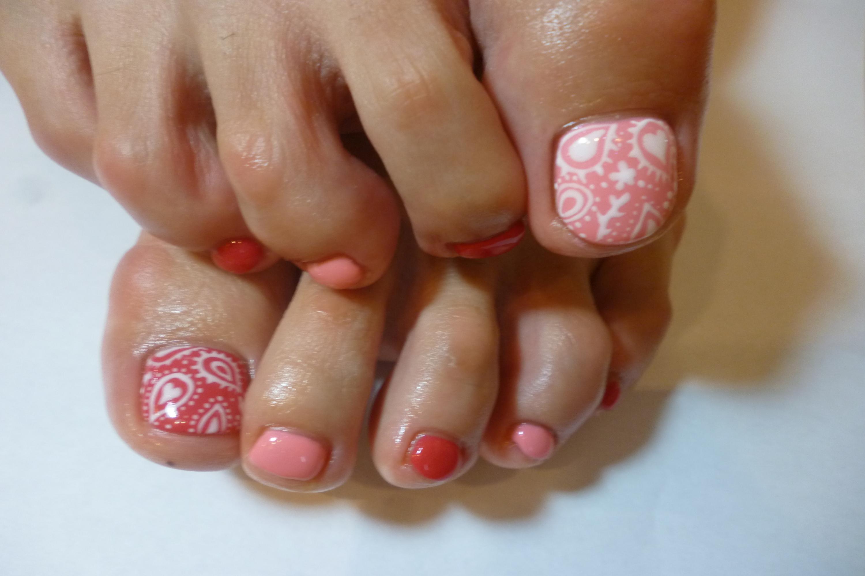 2014ネイルデザイン 2色のピンクフットネイル ペイズリー柄ネイル