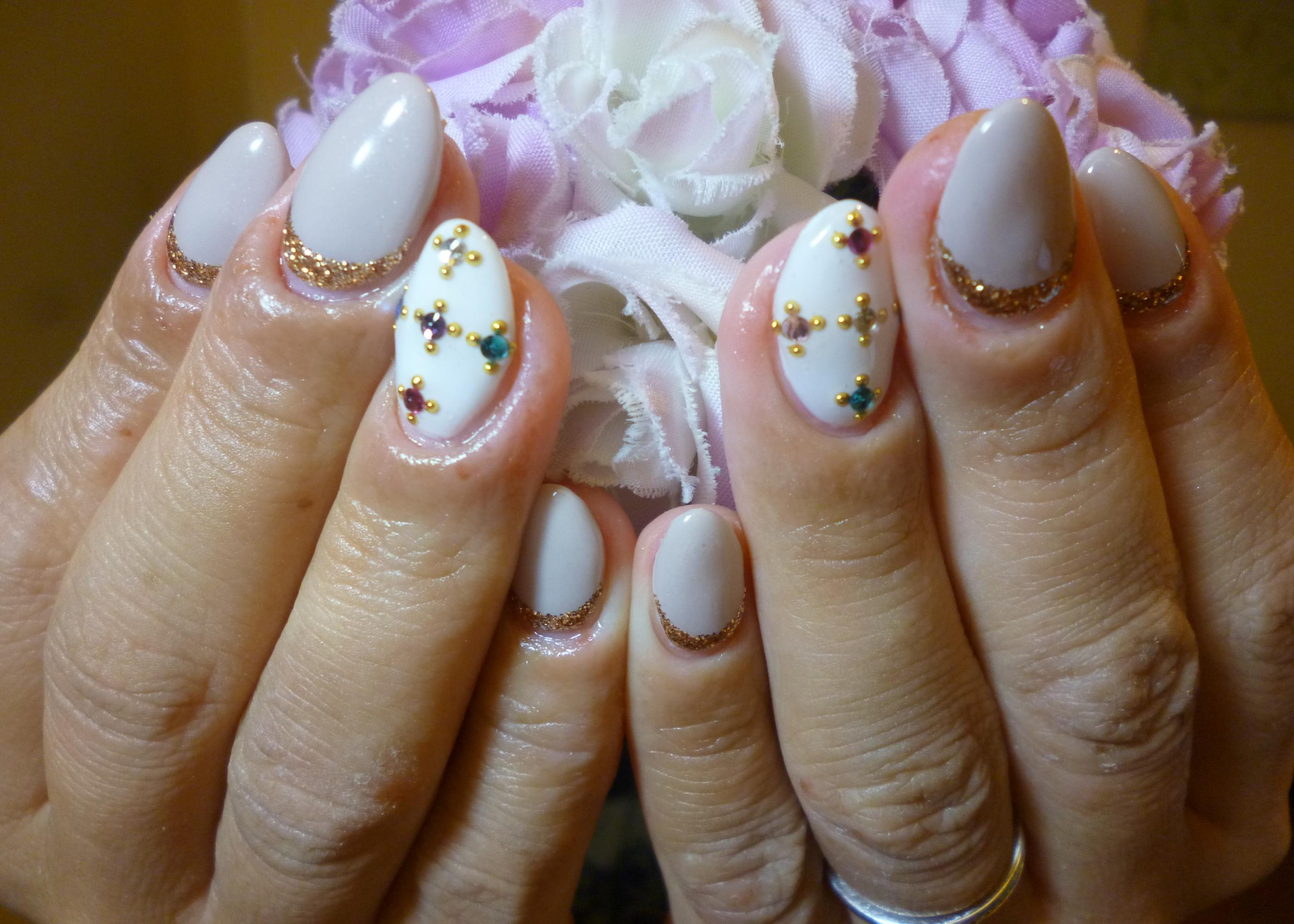 2014ネイルデザイン 白×グレージュワンカラーネイル 宝石ビジューアートネイル