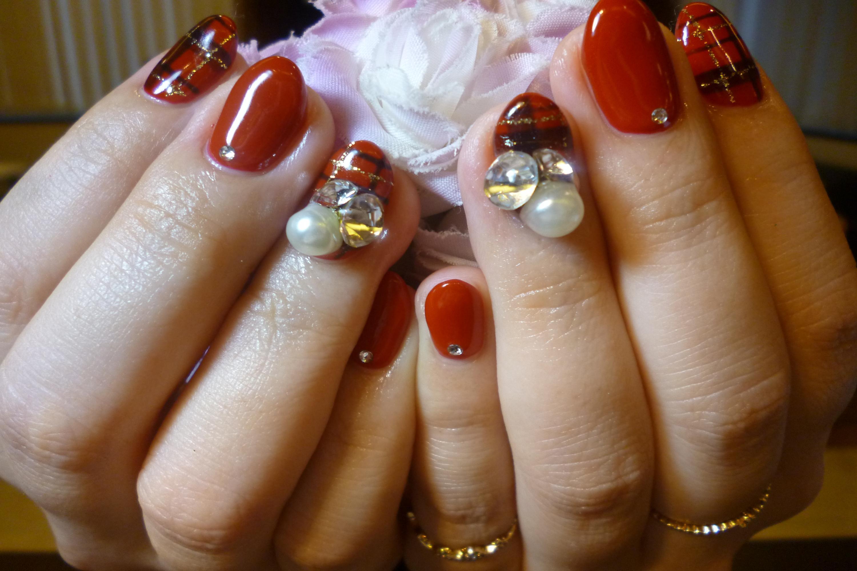 2014ネイルデザイン 赤ワンカラーチェック柄ネイル ビジューストーンデカ盛りストーン