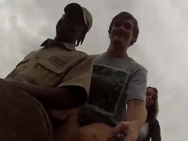 観光客が ゾウに乗って「自分撮り」をする → あ、カメラを落としちゃった! → 結果