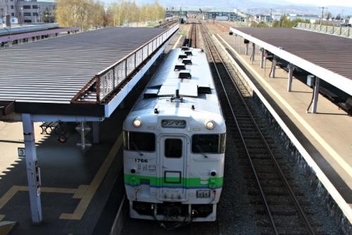 富良野駅湖線橋からキハ40見下ろす
