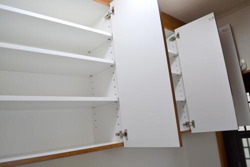 吊戸棚の内部に可動棚板