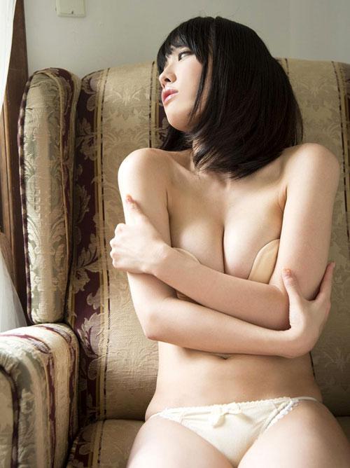 今野杏南の手ブラで隠れない巨乳