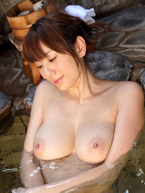 混浴露天風呂でおっぱいで癒して13