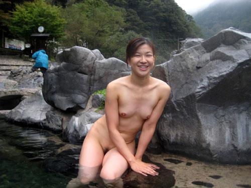 混浴露天風呂でおっぱいで癒して20