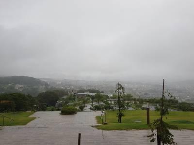 小諸高原美術館から雨の市街地を望む