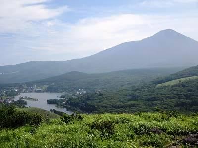 ビーナスラインから望む蓼科山と白樺湖