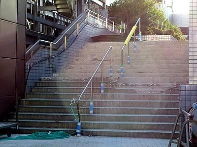 タイルがはがされた出入口階段