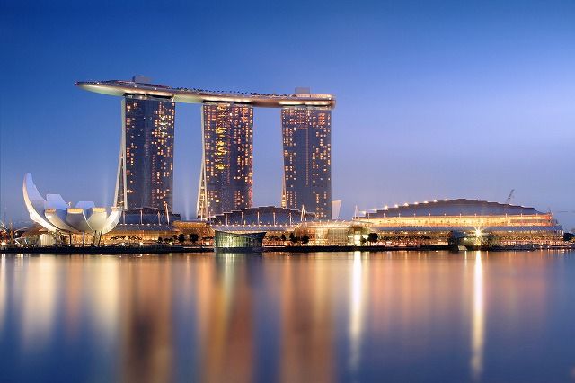 Marina_Bay_Sands_in_the_evening_-_20101120.jpg