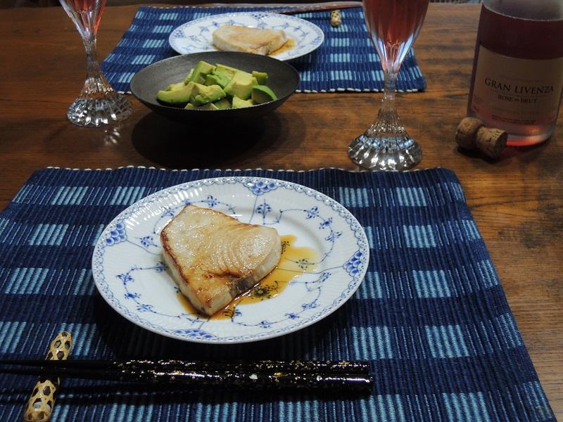 マグロのステーキとアボカド