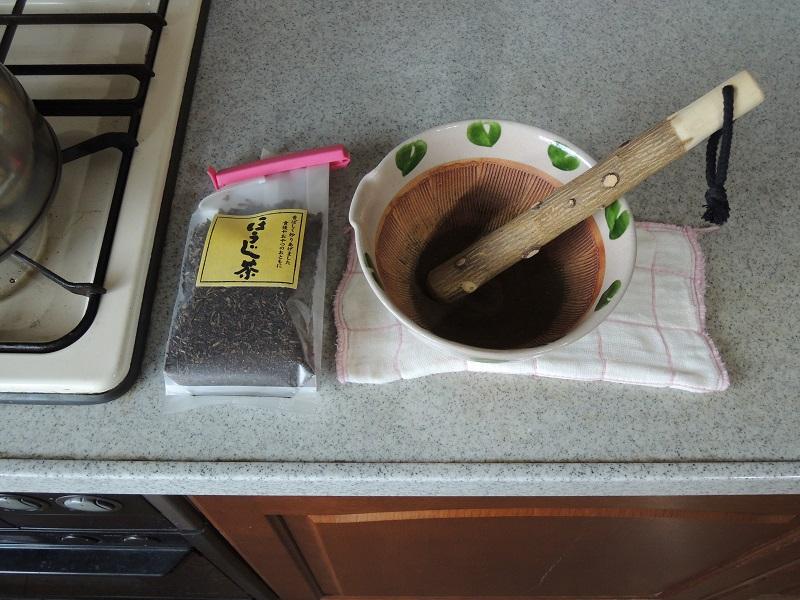 擂鉢でほうじ茶パウダー