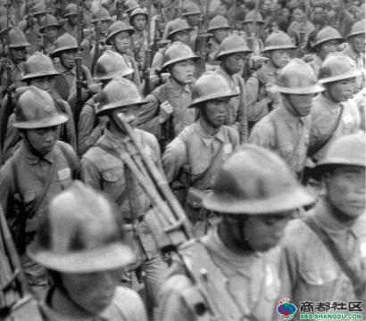 1945年龙云的部队在昆明,第一排士兵是FN Mle 30射手,第二排士兵的腰带表明是副射手(头盔是法式钢盔,我的团长我的团里,一个滇军士兵戴过,名字我忘了)