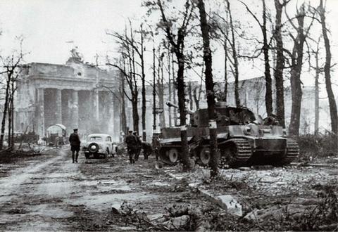 tiger-i-323-berlin-1945--06-.jpg