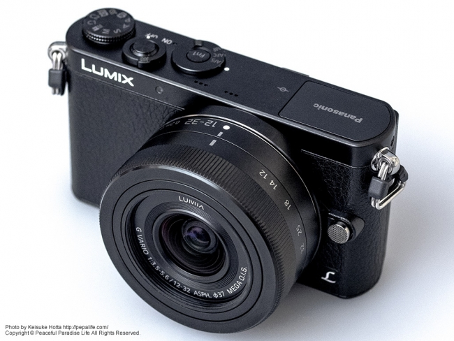 Panasonic LUMIX GM (DMC-GM1K) 斜め上前から
