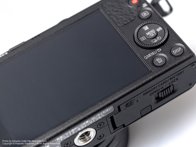 Panasonic LUMIX GM (DMC-GM1K) 背面と下側