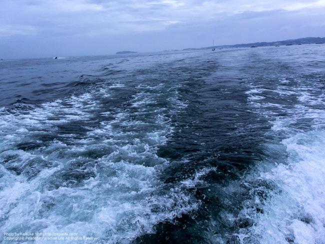 葉山の海、沖に江ノ島が見える