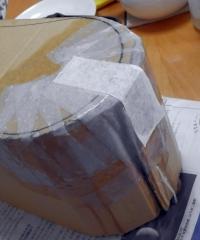 段ボールに張り子の要領で和紙を張る