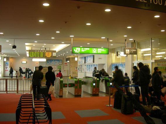 800px-Gala-yuzawa-Station-wicketガーラ湯沢駅改札口