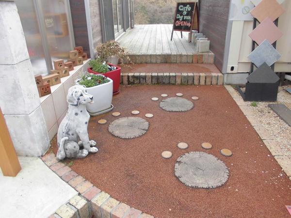 ドッグカフェ入口肉球型の飛び石(木)