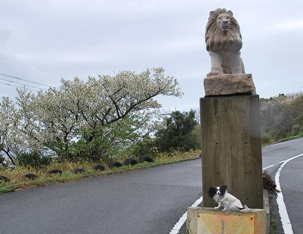 ライオンの像と