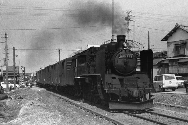 十日町駅、949番 十日町踏切付近よりC56 129 牽引貨物列車 1972年