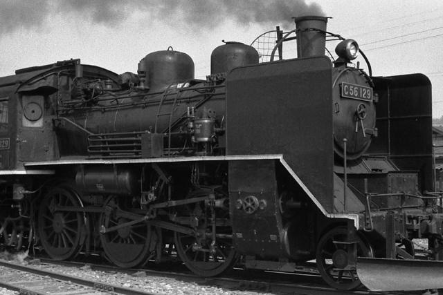 十日町駅付近で、C56129スノープローと氷柱切がよくわかる画像 1972年