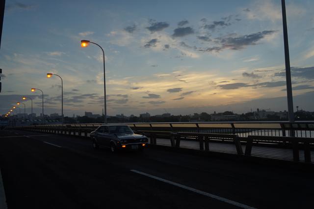 マツダルーチェと立飛橋の朝焼け