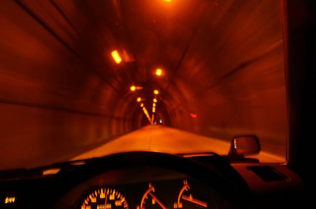 ファミリアバン 三国のトンネルを
