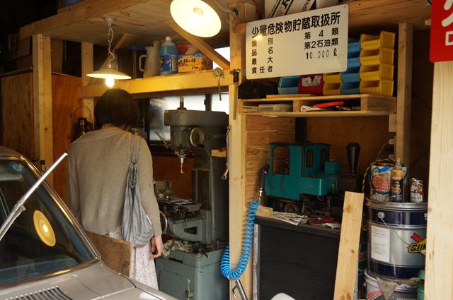 カミさん、ヒノモトロータリーベース・日野十日町機関区・男の隠れ家府ガレージの加工スペースにやってくる