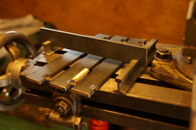 レール組立用バーもフライスで切削