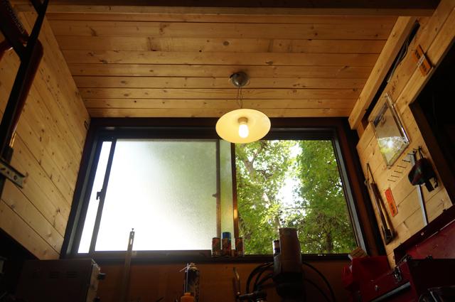 ヒノモトロータリーベース・日野十日町機関区・男の隠れ家府ガレージの作業スペースから紅葉を眺める