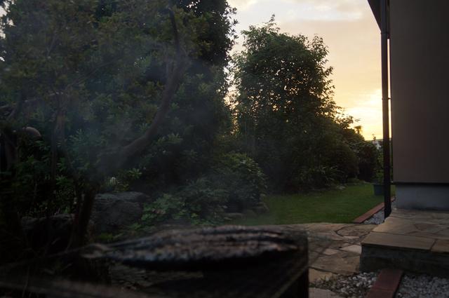 七輪で焼くサンマと夕焼け