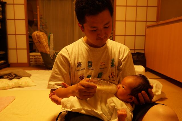 ロータリー人生、育児でミルクを飲ませる