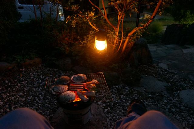 夕方、七輪で炭火焼