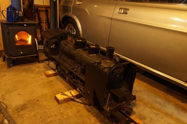 今シーズン初、男の隠れ家・ロータリーと汽車ガレージの薪ストーブに火を入れる