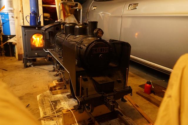 ガレージの薪ストーブに火を入れて汽車を磨く