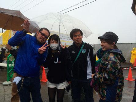 四人で傘ひとつ_140330