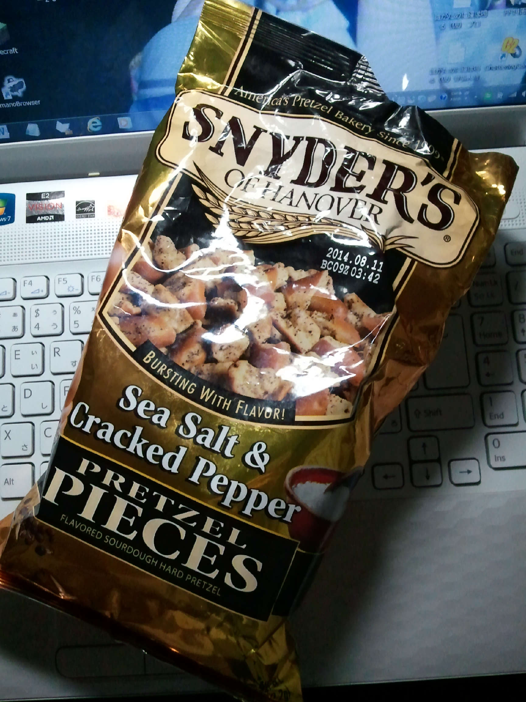 SNYDERS OF HANOVER Pretzel pieces Sea Salt Cracked Pepper