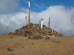 一切経山山頂に積まれた小石の山