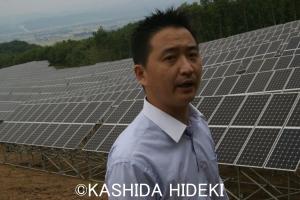 メガソーラー「雄国発電所」。会津電力の折笠さん。