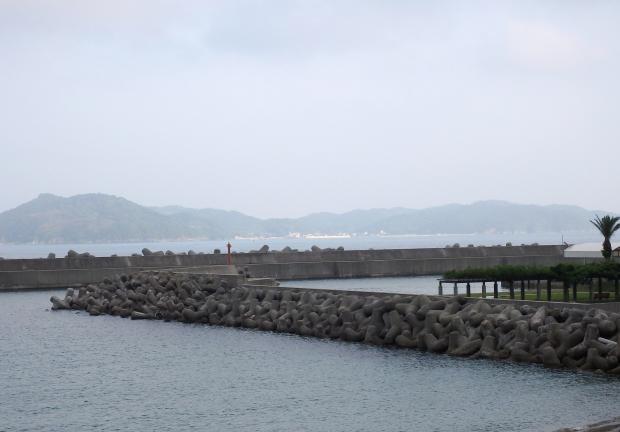 土生漁港から沼島を眺める