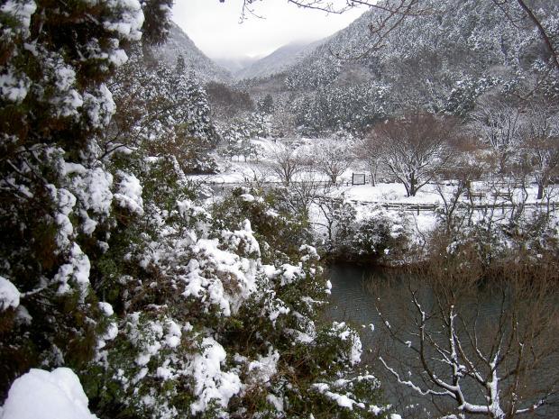 諭鶴羽ダムの奥の雪景色