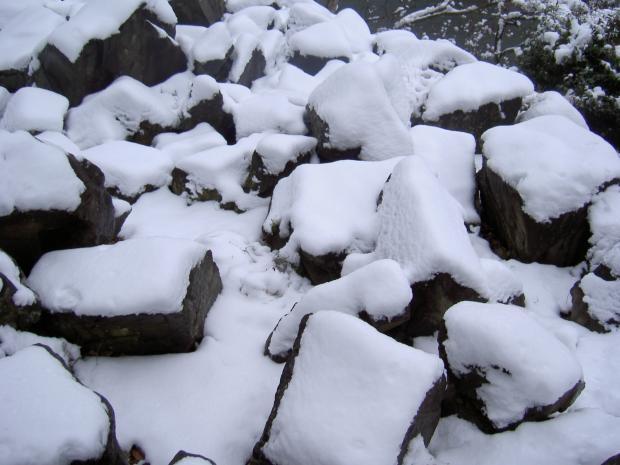 雪の帽子を頂いた石たち
