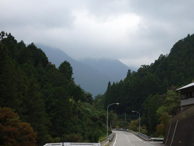 山の中腹から上は雲の中