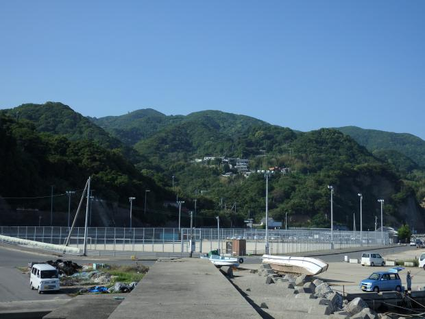 漁港内の突堤から山の方を見る