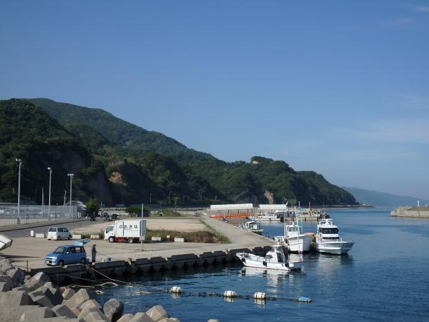 漁港内の突堤から東の方を見る