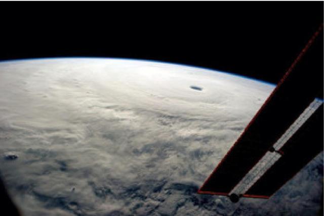 台風の目、ISSから撮影 「こんなの見たことない」
