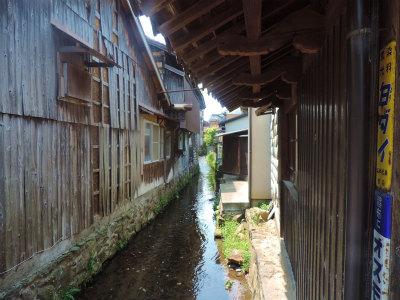 家の後ろを流れる小川